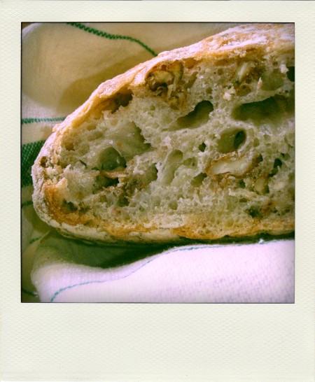 Czwarty Chleb z Orzechami po przekrojeniu
