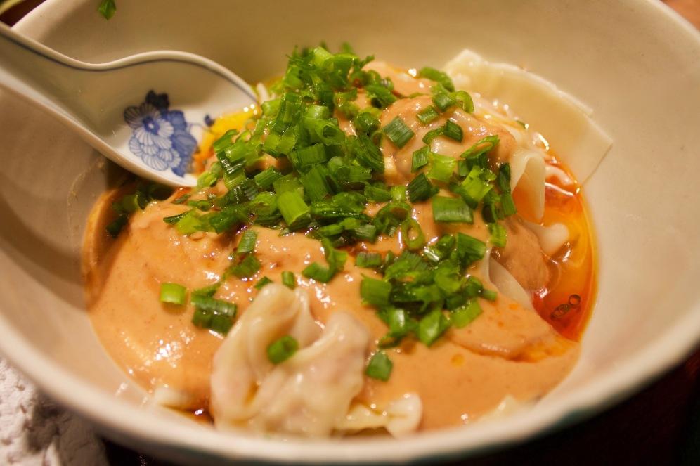 Pierożki syczuańskie z sosem z orzeszków ziemnych i pikantnym olejem